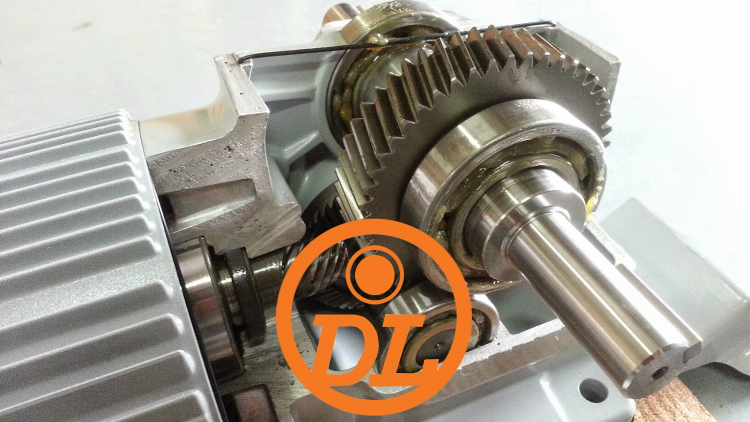 A worm gear is a device that transfers force to another device via rotation mechanism